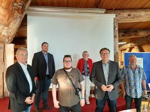 Auf dem beiliegenden Foto (v.l.): Heiner Werner (FDP), Darijusch Wirth, Torben Franz (DIE LINKE), Heidrun Kuhlmann (SPD), Peter Schmithüsen (BÜNDNIS 90/DIE GRÜNEN), Werner Behrens (DGB-Nienburg)