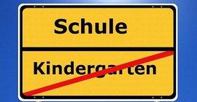 Ortsschild Kindergarten vorbei und Schule beginnt