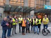 Gruppenbild einiger Kolleginnen und Kollegen vor dem Hauptbahnhof Hannover